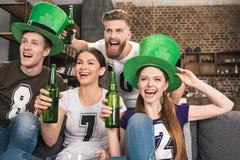 Amis célébrant le jour de St Patricks Images libres de droits