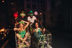 Amis célébrant le jour du ` s de StPatrick sur la rue de ville Photo stock