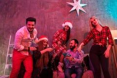 Amis célébrant Noël ou la soirée du Nouveau an à la maison Photo libre de droits