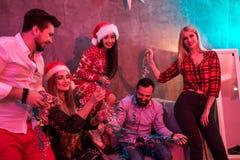 Amis célébrant Noël ou la soirée du Nouveau an à la maison Photographie stock