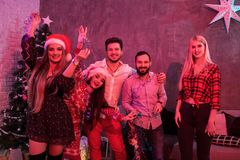 Amis célébrant Noël ou la soirée du Nouveau an à la maison Photos stock