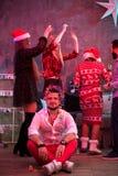 Amis célébrant Noël ou la soirée du Nouveau an à la maison Images stock