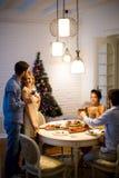 Amis célébrant Noël ou la soirée du Nouveau an Images stock