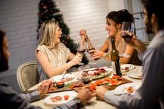 Amis célébrant Noël ou la soirée du Nouveau an Photo stock