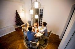 Amis célébrant Noël ou la soirée du Nouveau an Photographie stock libre de droits