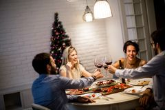 Amis célébrant Noël ou la soirée du Nouveau an Photographie stock