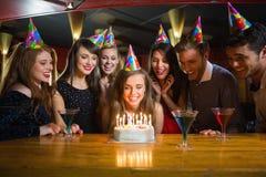 Amis célébrant un anniversaire ensemble Photos libres de droits