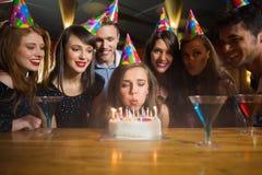 Amis célébrant un anniversaire ensemble Photographie stock