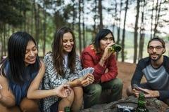 Amis campant jouant le concept de cartes Images libres de droits