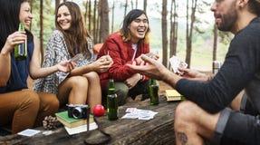 Amis campant jouant le concept de cartes Photos libres de droits