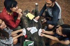 Amis campant jouant le concept de cartes Photographie stock