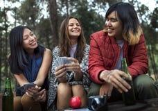 Amis campant jouant le concept de cartes Photo libre de droits