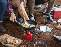 Amis campant mangeant le concept de nourriture Image libre de droits
