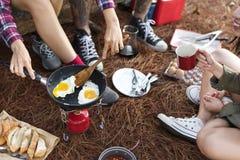 Amis campant mangeant le concept de nourriture Photo libre de droits