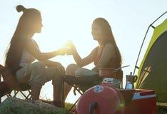 Amis campant mangeant le concept de nourriture, camping asiatique de couples dans leur tente le jour ensoleillé, concept de vacan photographie stock