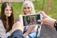 Amis capturant des moments Photographie stock libre de droits
