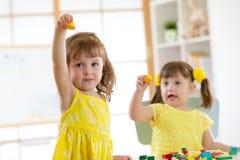 Amis caucasiens d'enfants jouant ensemble Photos stock
