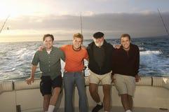 Amis caucasiens masculins sur le yacht Image libre de droits