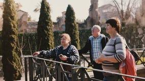 Amis caucasiens supérieurs heureux se tenant ensemble en beau parc souriant et parlant des vacances au forum de Rome, Italie banque de vidéos