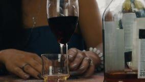Amis causant à la table sur la terrasse de la maison de campagne Vin rouge potable reste clips vidéos
