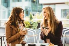 Amis causant au-dessus du café Photos libres de droits