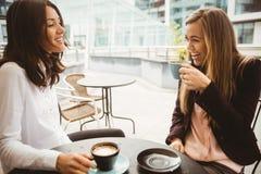 Amis causant au-dessus du café Images libres de droits