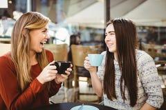 Amis causant au-dessus du café Photo libre de droits