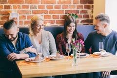Amis causant ensemble dans un café Photographie stock