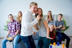 Amis chantant une chanson ensemble Photo stock