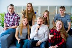 Amis chantant une chanson ensemble Images libres de droits
