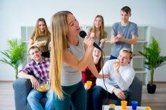 Amis chantant une chanson ensemble Photo libre de droits