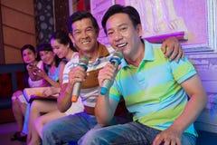 Amis chanteurs Photos stock