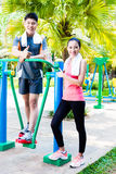 Amis chinois asiatiques de sport dans le gymnase extérieur de forme physique Photos stock