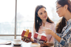 Amis choisissant des cadeaux Photos stock
