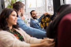 Amis choisissant des vêtements au magasin d'habillement de vintage Photographie stock libre de droits