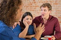 Amis choqués dans la conversation Image libre de droits