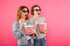 Amis choqués de femmes mangeant le film de montre de maïs éclaté Images stock