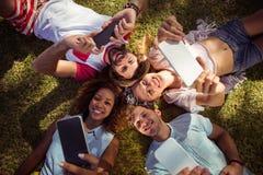 Amis cliquant sur le selfie aux téléphones portables Photographie stock