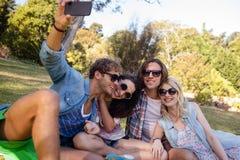 Amis cliquant sur le selfie tout en ayant le pique-nique Photos libres de droits