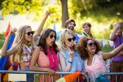 Amis cliquant sur un selfie au festival de musique Photos stock