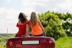 Amis conduisant dans la voiture convertible à l'été Image libre de droits