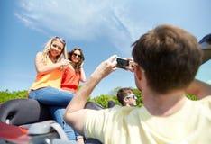 Amis conduisant dans la voiture et la photographie Images stock