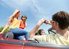 Amis conduisant dans la voiture et la photographie Image libre de droits