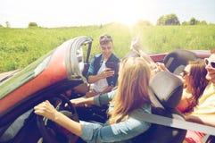 Amis conduisant dans la voiture et la photographie Photo stock