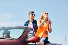 Amis conduisant dans la voiture et les bulles de soufflement Images stock