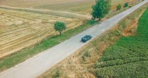 Amis conduisant sur le voyage par la route d'été banque de vidéos