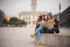 Amis consultant une carte de ville Photos stock