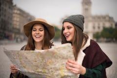 Amis consultant une carte de ville Image libre de droits