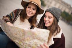Amis consultant une carte de ville Photo libre de droits
