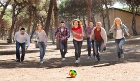 Amis courant avec la boule Photo stock